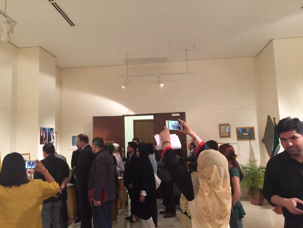 عرض لوحات قرآنية لفنانة إیرانیة في الفلبین