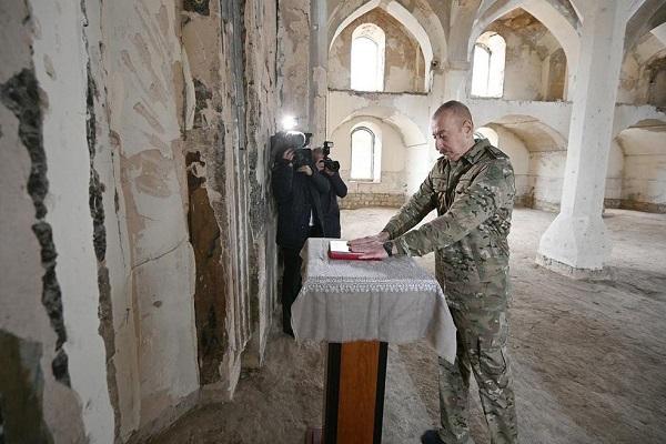 رئيس أذربيجان يهدي مسجدَ