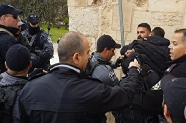Zionist Regime Forces Attack Worshipers, Reseal al-Aqsa Mosque Gate