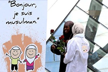 Breaking Fears, Muslim Youth Hand Out Roses to Passersby in 10 Countries
