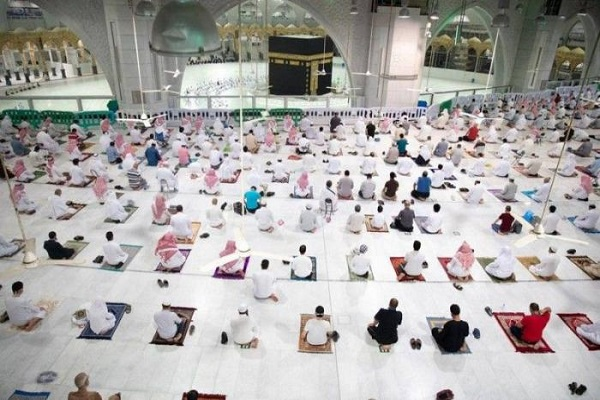 8000 Worshipers Perform Evening Prayers at Mecca Grand Mosque
