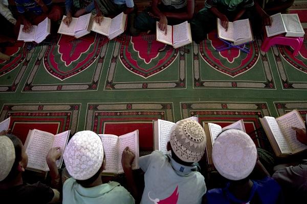 Primera traducción del Corán al idioma rohingya, musulmanes de Myanmar