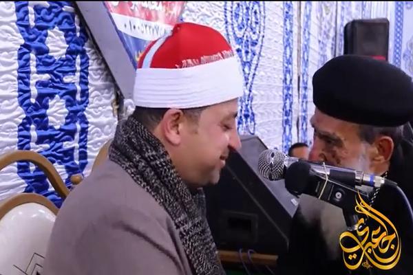 Gesto de admiración de un sacerdote cristiano hacia un recitador del Corán en Egipto (video)