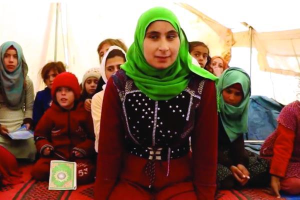 Niña siria ciega enseña el Corán en un campo de refugiados