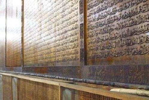 مسجدی که کل قرآن را روی دیوارهای خود دارد