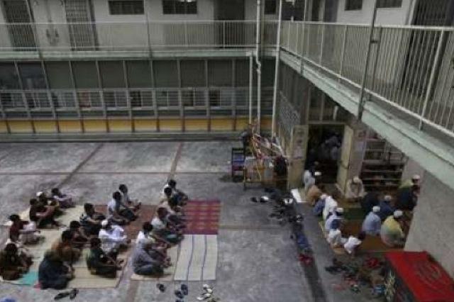 مسلمانان هنگکنگ ناگزیر از روی آوردن به مساجد موقت + عکس