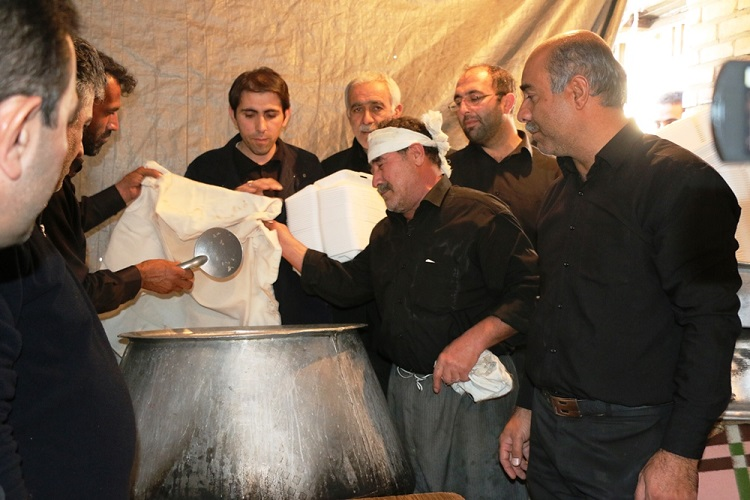 طبخ غذای نذری ۳ هزار نفری در سلماس + تصاویر