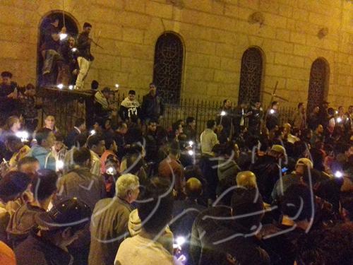 همبستگی مسلمان و مسيحي در تجمع مقابل کلیسای منفجر شده در مصر