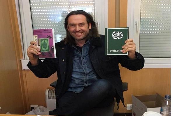 در حال اديت//کتابفروشي سياري که در خيابانهاي پايتخت نروژ قرآن ميفروشد+عکس