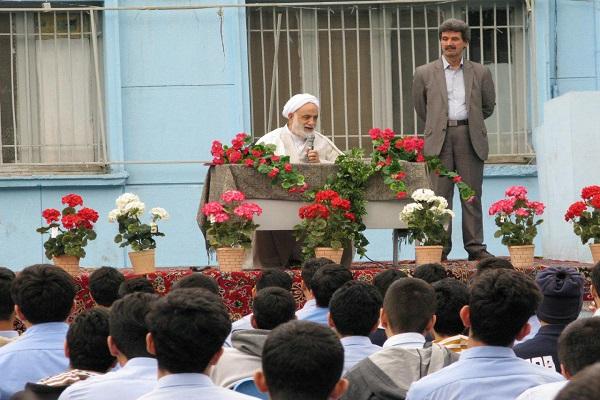 حجت الاسلام قرائتی اظهار کرد: کلید سعادت کشور در مهارتآموزی نسل جوان است