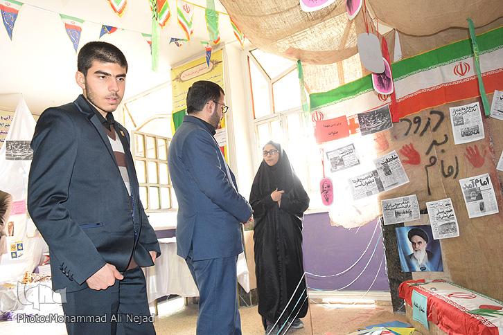 بازدید دبیرکل اتحادیه انجمنهای اسلامی دانشآموزی از نمایشگاه مدرسه نمونه دولتی بهار