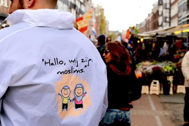 اهدای رزهای سفید توسط مسلمانان به مردم آمستردام