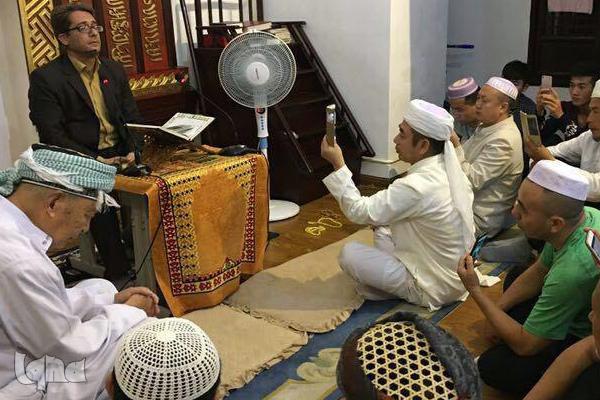تلاوت وحید نظریان از سوره مبارکه جمعه و بقره در یکی از مساجد شانگهای