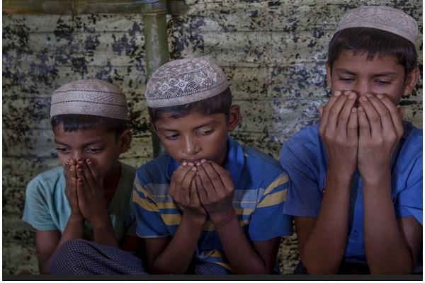 قرآن خواندن کودک مسلمان روهینگیا در اردوگاه آوارگان بنگلادش