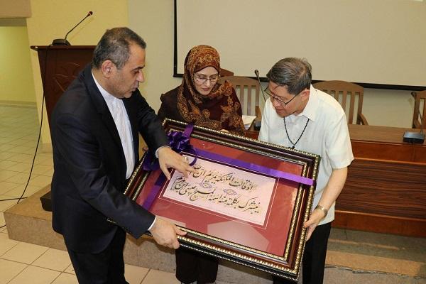 مراسم اهدای تابلوی قرآنی ایران به مشاور پاپ+ فیلم