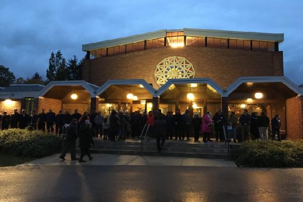 حلقه صلح مسلمانان کانادا به یاد قربانیان کنیسه آمریکا/ انگلیسی