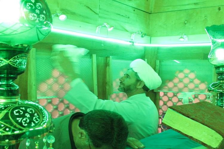 غبارروبی اماکن متبرکه زنجان برای میزبانی از ماه رمضان