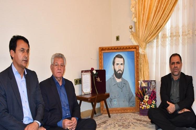 دیدار منتخب مردم بویراحمد و دنا در مجلس با خانواده شهید هرمزپور