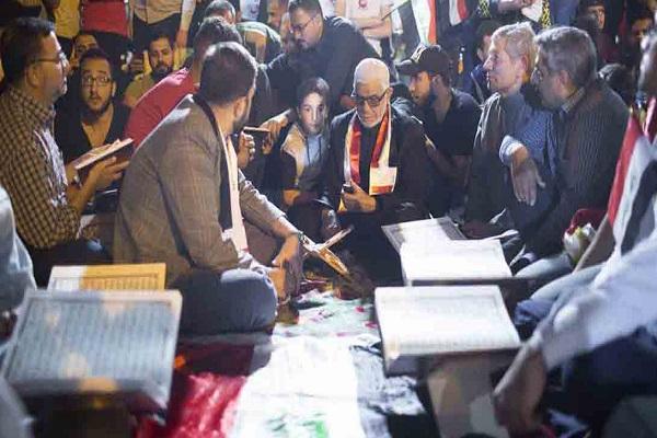 برگزاری محفل قرآنی در حاشیه تظاهرات مسالمتآمیز در کربلا + عکس
