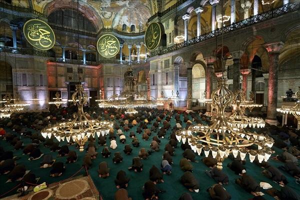 Estambul: Ceremonia «Laylat al-Raghaib» en la mezquita de Santa Sofía