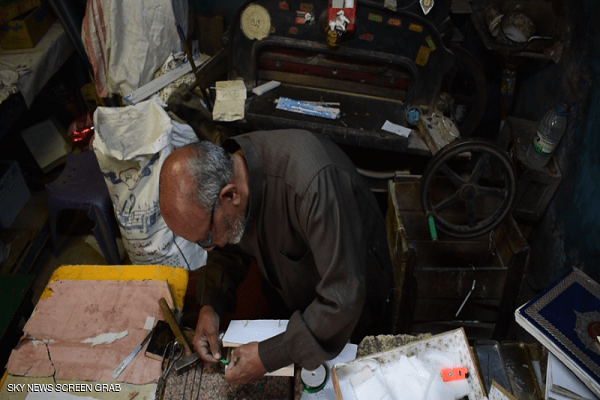 پیرمرد مصری از یک عمر صحافی سنتی قرآن و انجیل میگوید