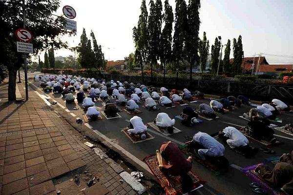 برگزاری نماز عید قربان در گوشه و کنار جهان + عکس