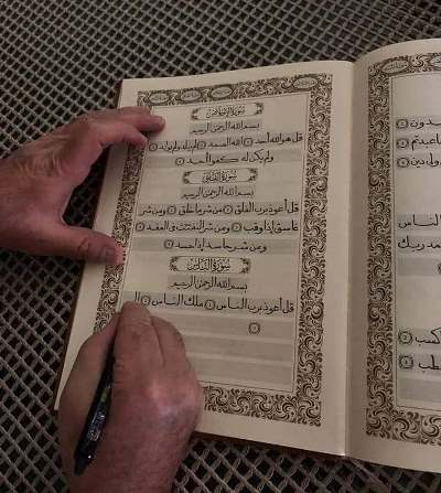 آماده// کتابت قرآن کریم به دست خطاط سوری + عکس