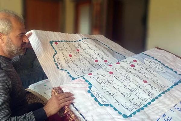 کتابت مصحفی بزرگ با ساده ترین ابزار خوشنویسی توسط خطاط سوری + عکس