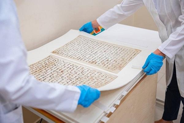 Uzbekistán: Copia de manuscritos antigua restaurada del Santo Corán
